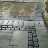 Driveway – Natural stone with elegant paving stone.